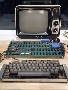 epa03758610 An original Apple computer, now known as the Apple-1, which was designed and hand-built in 1976 by Apple co-founder Steve Wozniak is shown at a press preview at the Computer History Museum in Mountain View, California, USA, 24 June 2013. Christie's is auctioning the Apple-1 at its First Bytes: Iconic Technology From the Twentieth Century, an online-only auction featuring vintage tech products.  EPA/TONY AVELAR